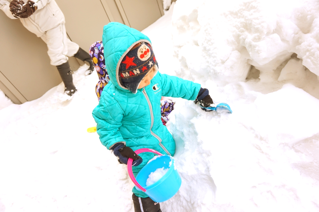 その後は外で本物の雪だるまやカマクラを作りました!