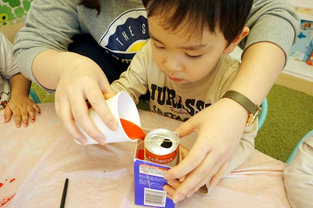 牛乳パック、空き缶、色水・・何だろね・ω・
