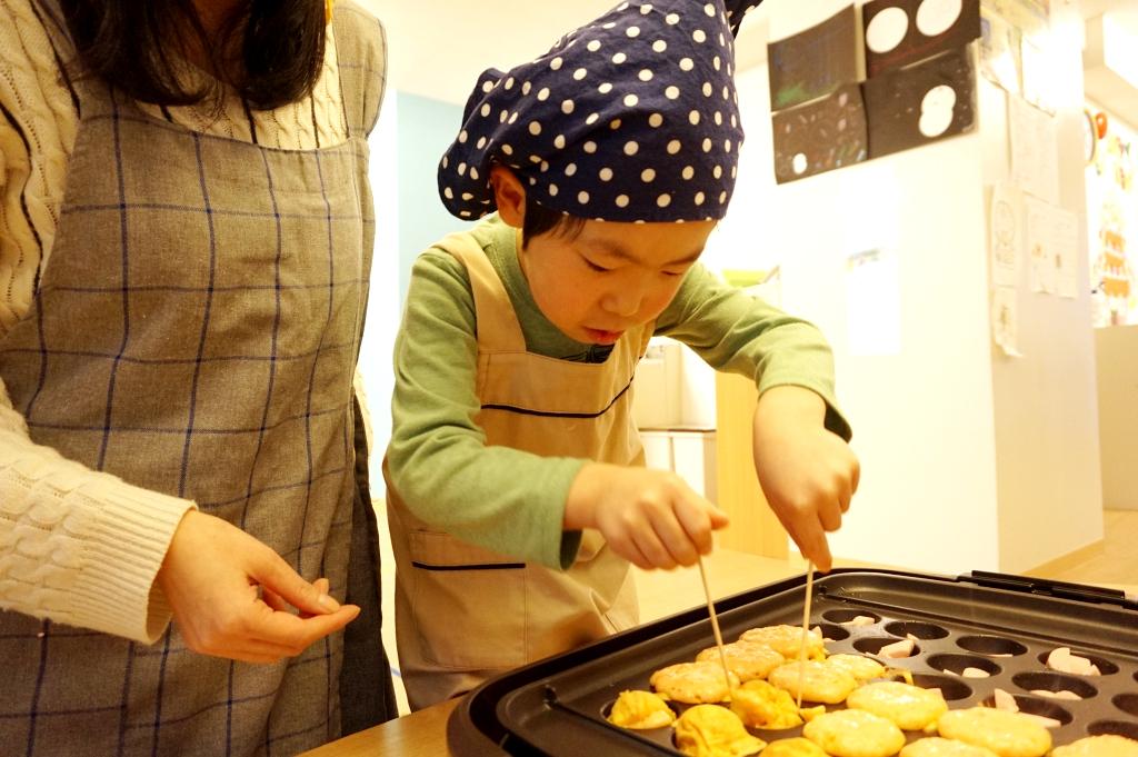 たこ焼き職人(児童)が焼いてくれます。