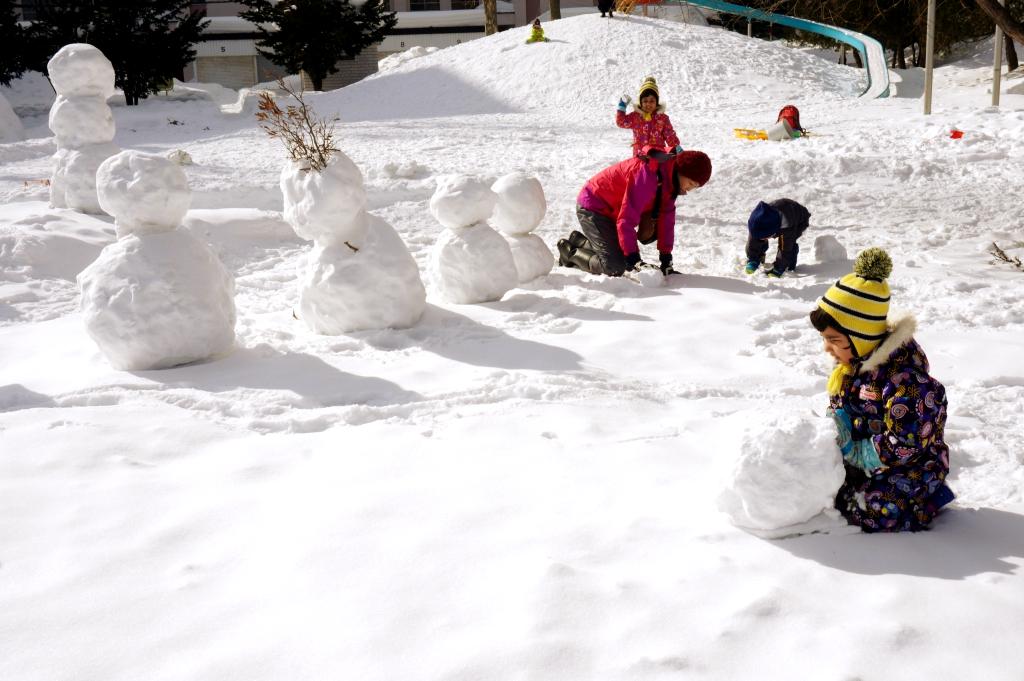 大きな雪玉をコロコロ・・