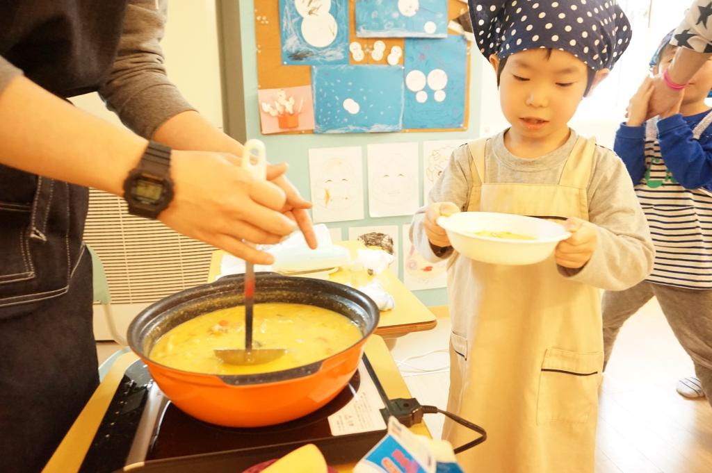 お湯とシチューの素をかき混ぜて完成!