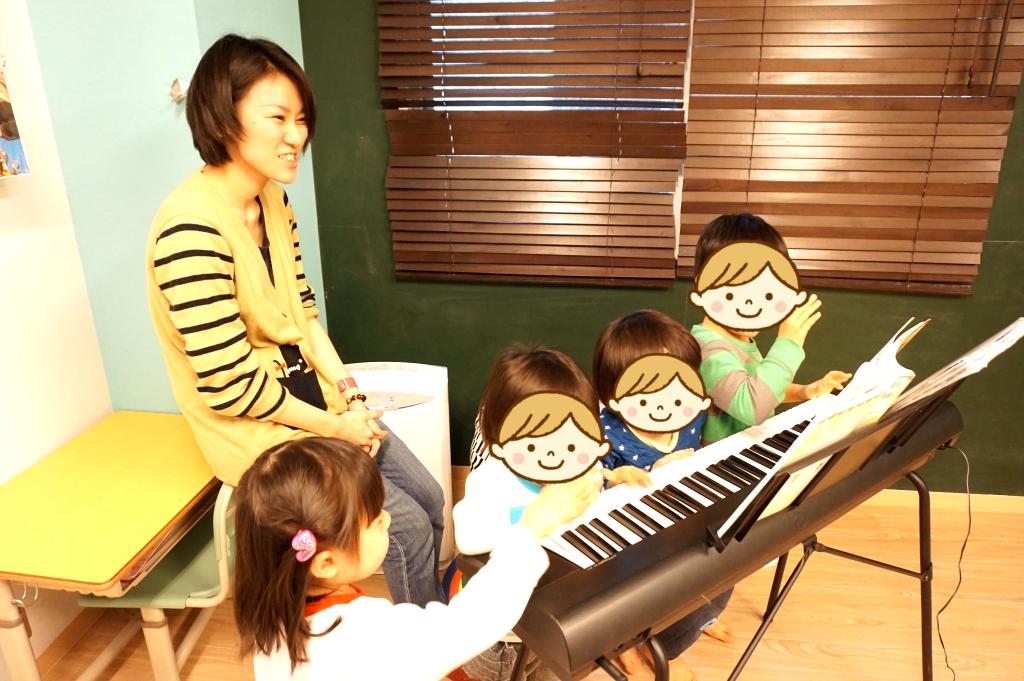 リトミック前にちょっとだけピアノで遊びました:D