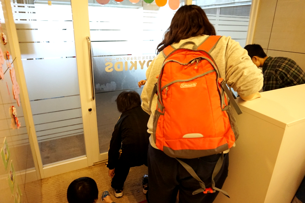 児童誘導係。安全に外へ導きます!